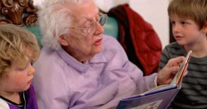 abula leyendo a los nietos